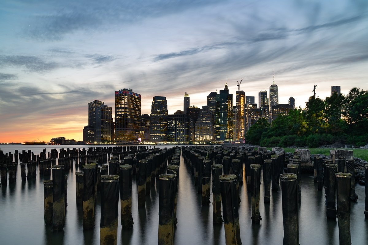 Die Skyline Manhattans, fotografiert vom Brooklyn Bridge Park.
