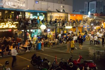 Rod Fai Train Market: Ein ganz besonderer Nachtmarkt in Bangkok