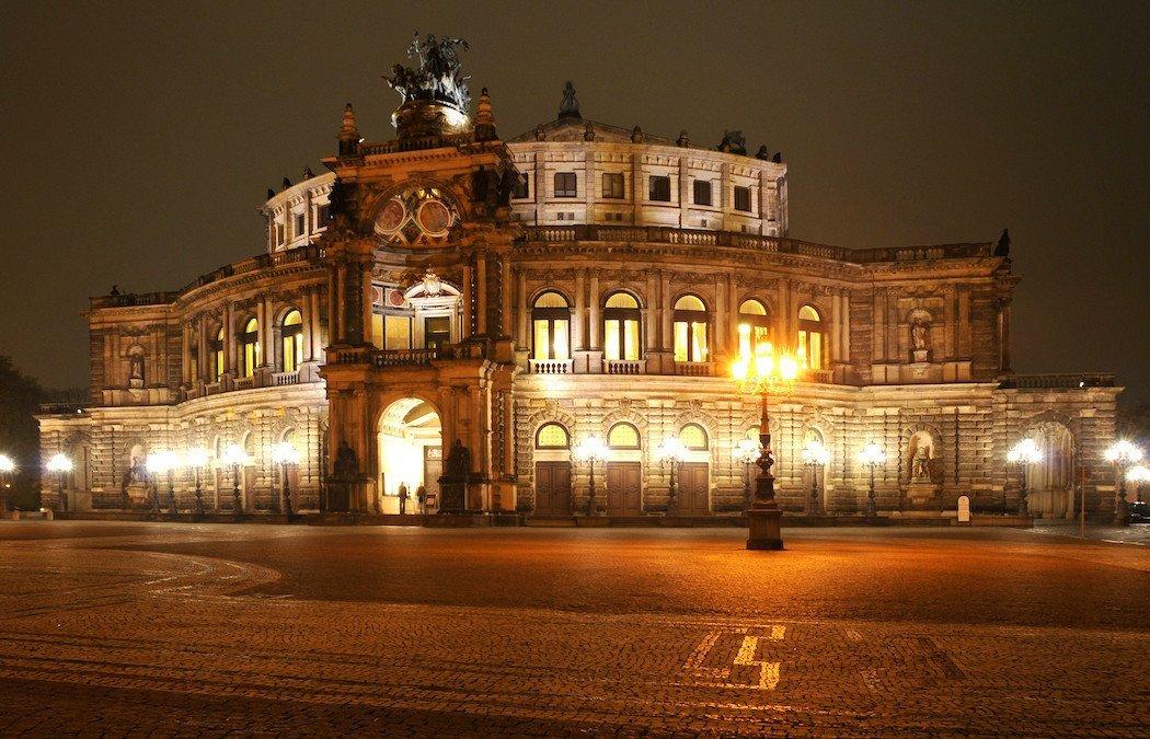 prunkvolles Barockgebäude bei Nacht