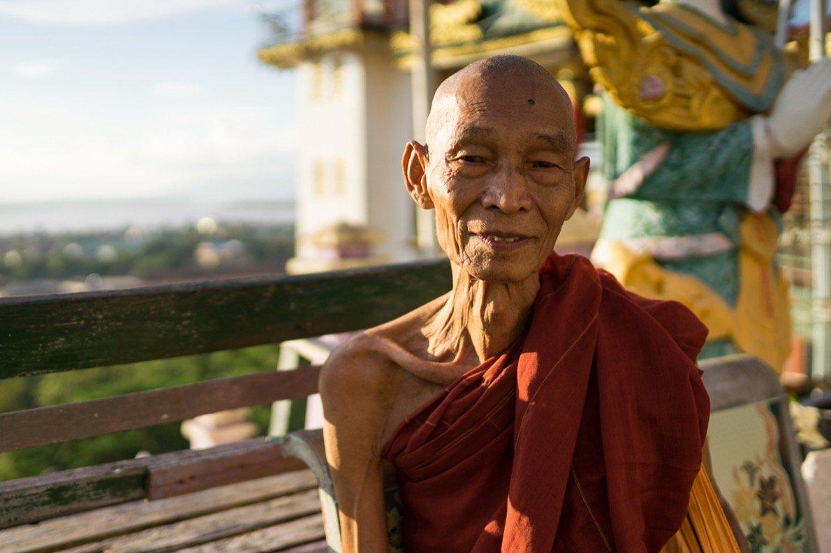 Mönch bei der Kyaik Thanlan Pagode