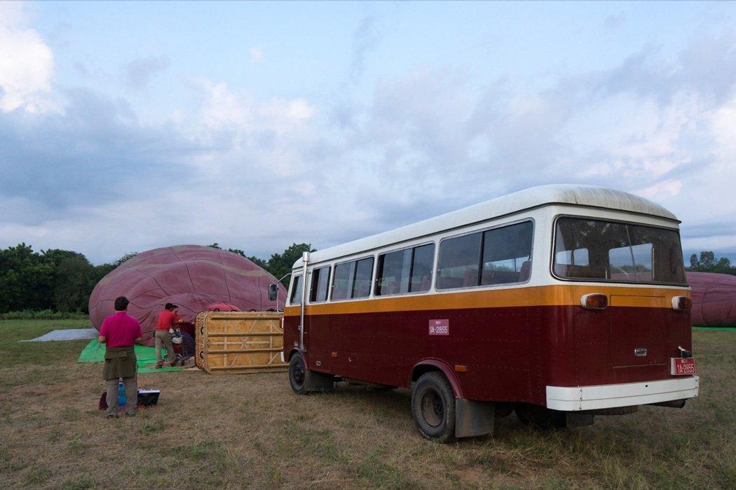 Abholung zur Ballonfahrt mit einem Oldtimer Bus