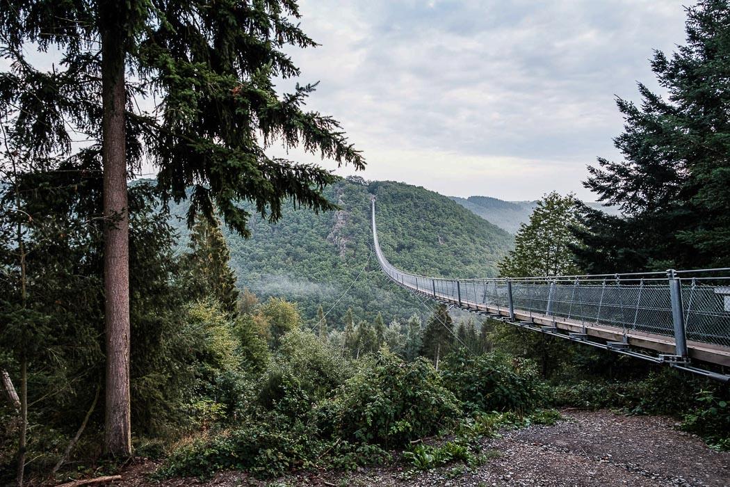Die Hängebrücke in Geierlay an der Mosel aus seitlicher Perspektive