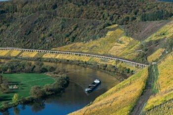 Seitenansicht des Hangviadukts in Pünderich