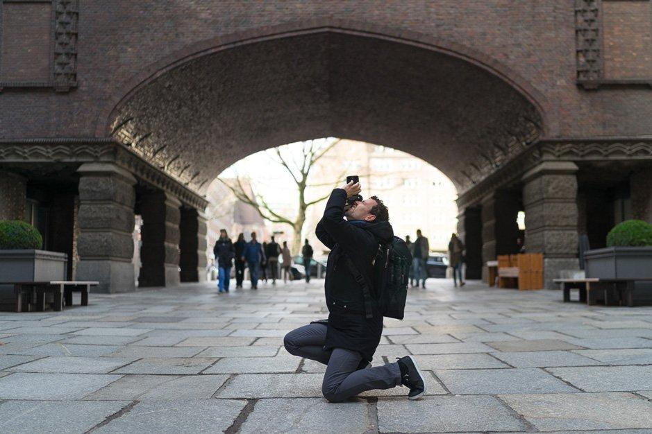 Basti beim Fotografieren mit Rucksack