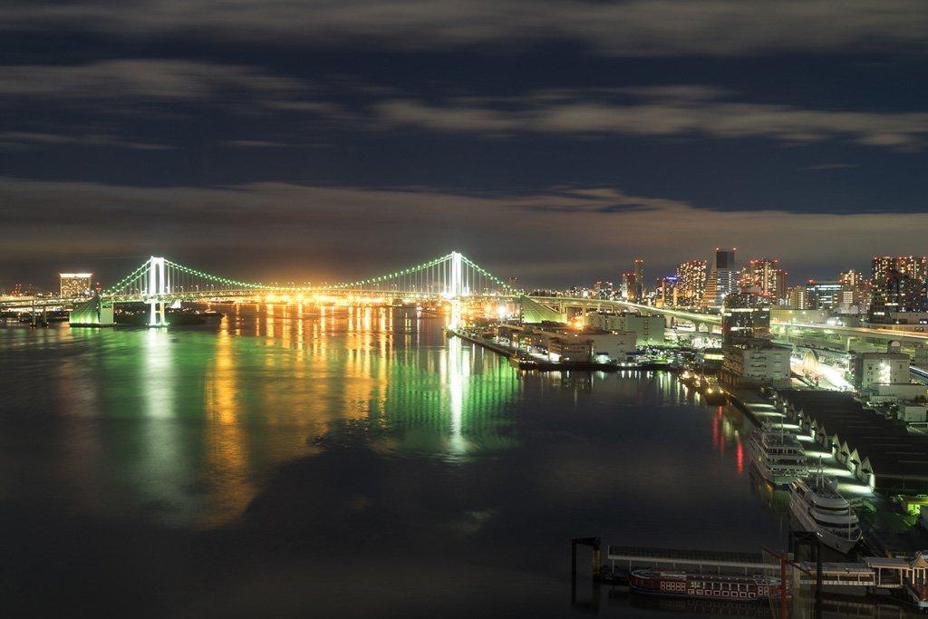 Aussicht auf die Rainbow Bridge in Tokio vom Intercontinental Tokio Bay