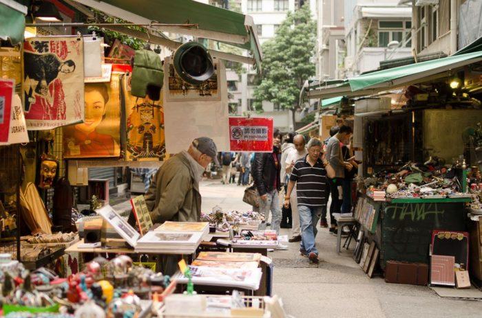 Stände des Antik Marktes in der Cat Street in Hongkong