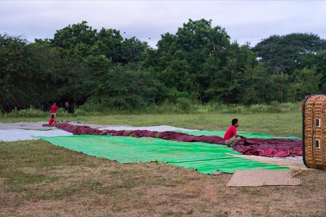 Vorbereitung der Ballonfahrt über Bagan