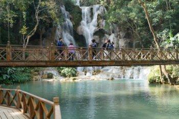 Auf dieser Brücke kannst du super Fotos vom Wasserfall machen!