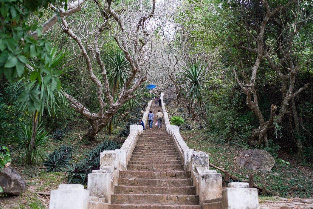 Die Treppen hoch zum Mount Phousi