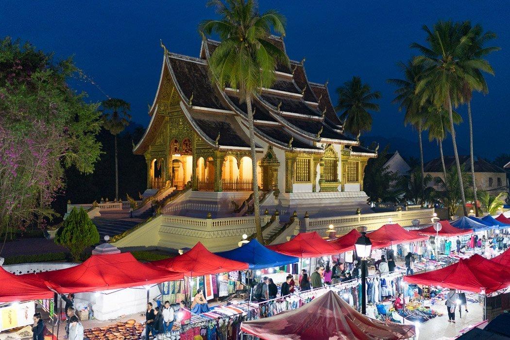 Night Market in Luang Prabang mit dem Königspalast im Hintergrund