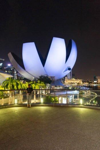 ArtScience Museum in Singapur, fotografiert von der Helix Bridge