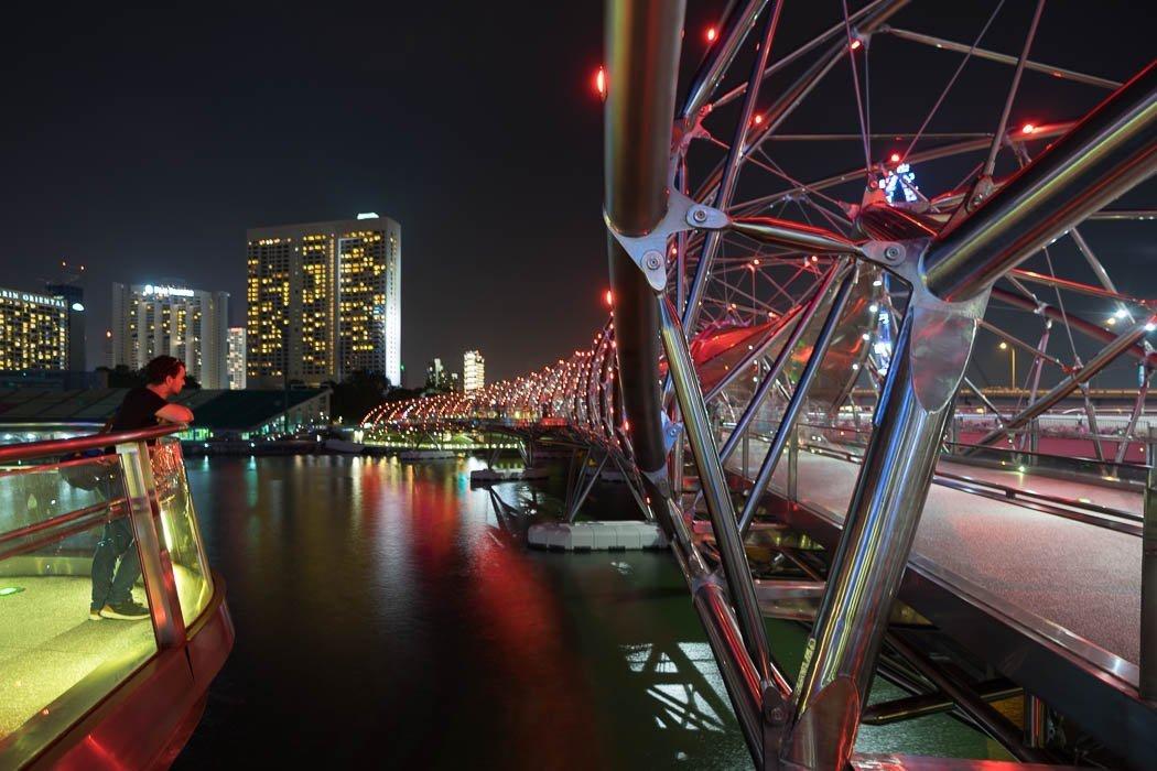 Die Helix Bridge in Singapur bei Nacht