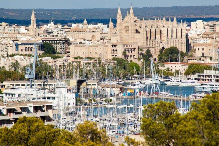 Blick auf Hafen und Kathedrale
