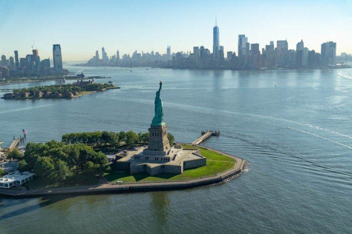 Die Freiheitsstatue vor der Skyline Manhattans