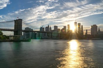 Aussicht auf die Brooklyn Bridge und Manhattan vom Pebble Beach