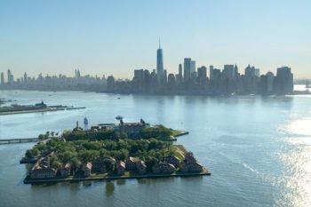 Ellis Island vor der Skyline Manhattans