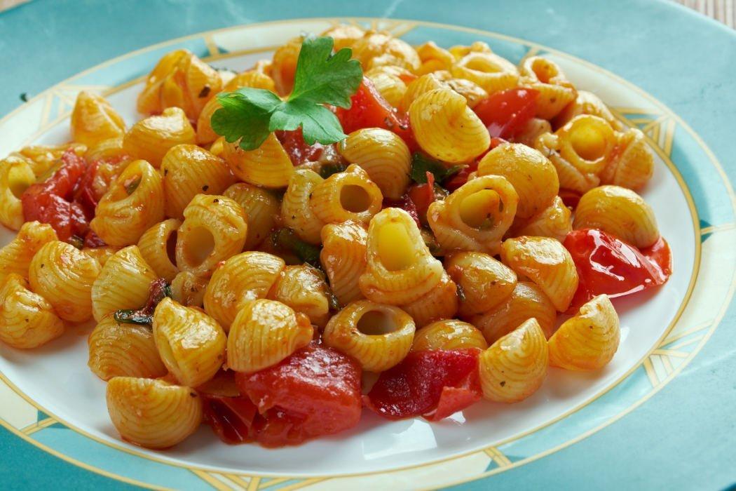 Teller Pasta mit Tomatenstücke