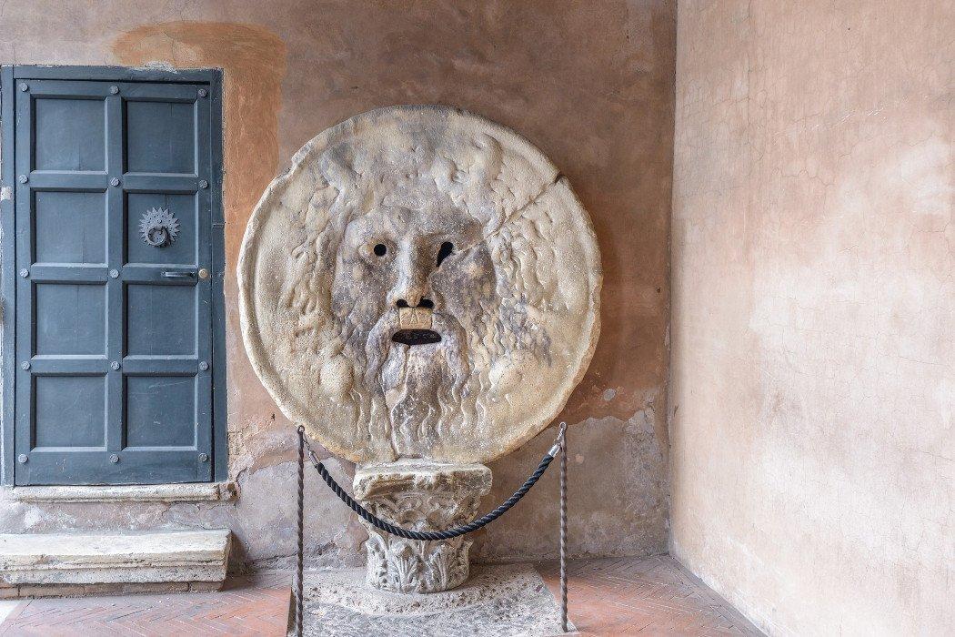 Rundes Relief mit Gesicht