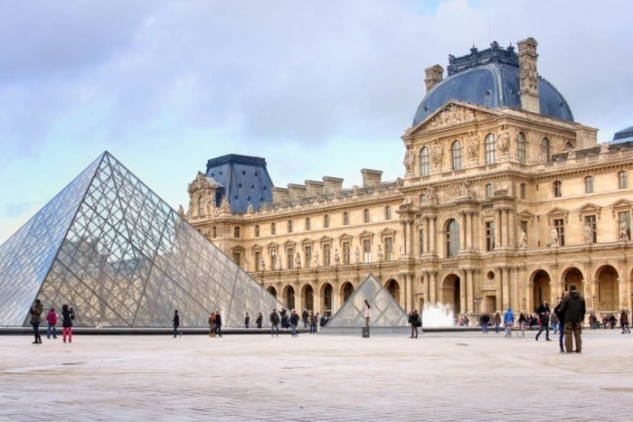 Louvre Museum und die Glas-Pyramiden
