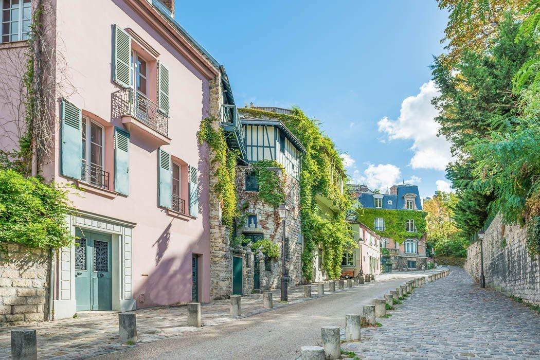 Small road in the Montmartre neighborhood