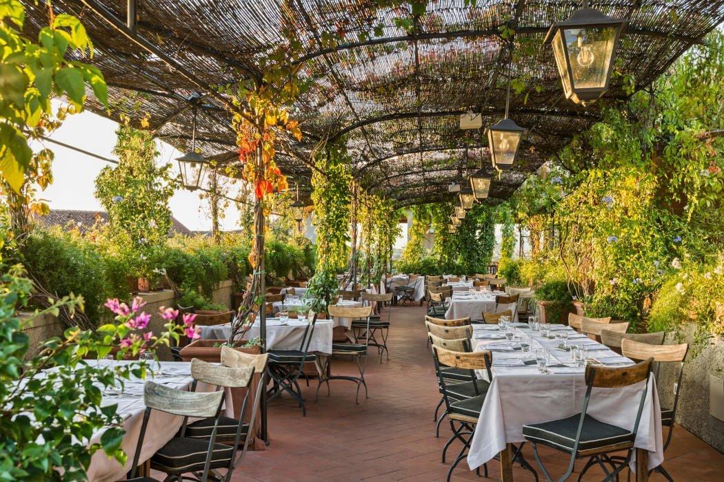 Begrünte Terrasse mit gedeckten Tischen