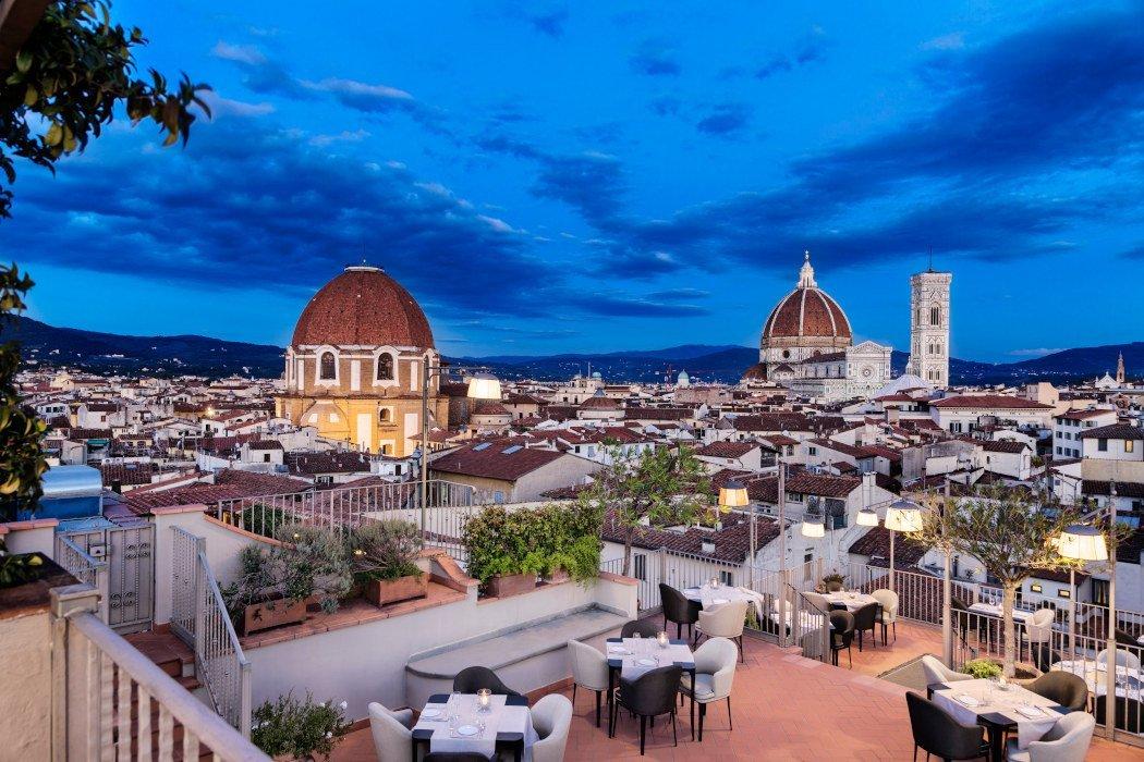 Terrasse mit gedeckten Tischen mit Blick auf Florenz
