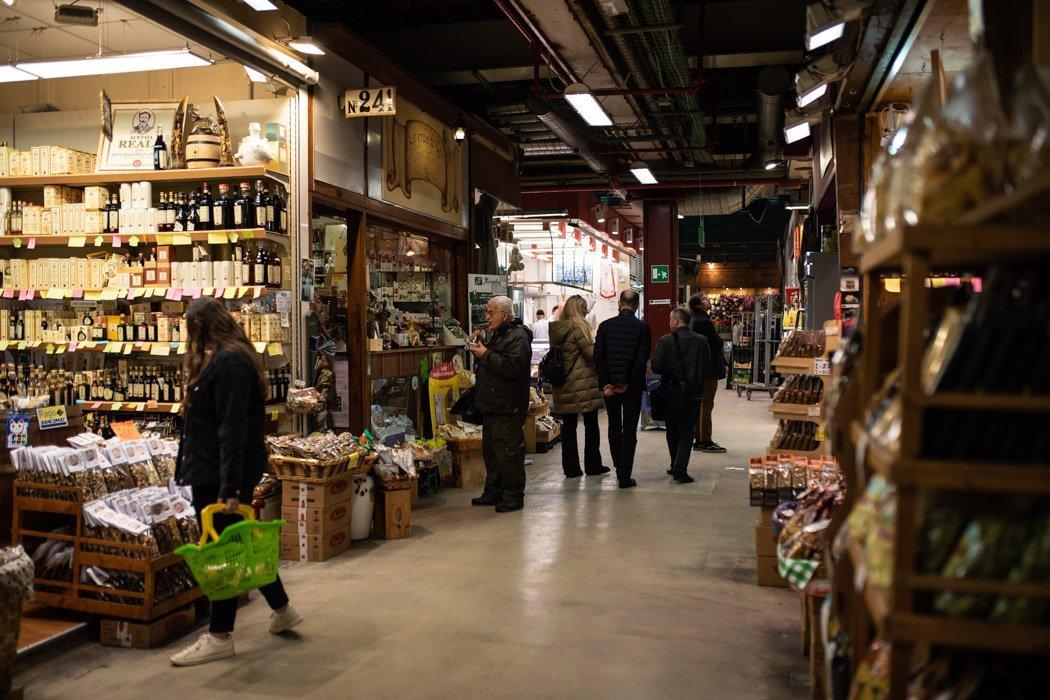 Marktstände in Markthalle