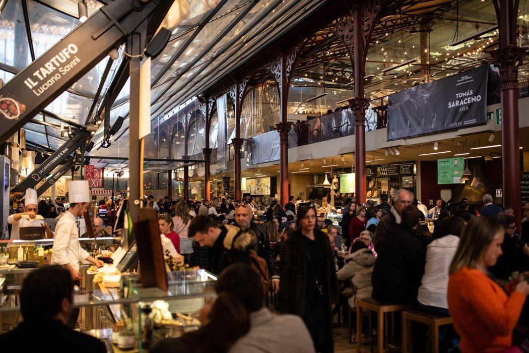 Markthalle mit Cafés und Restaurants