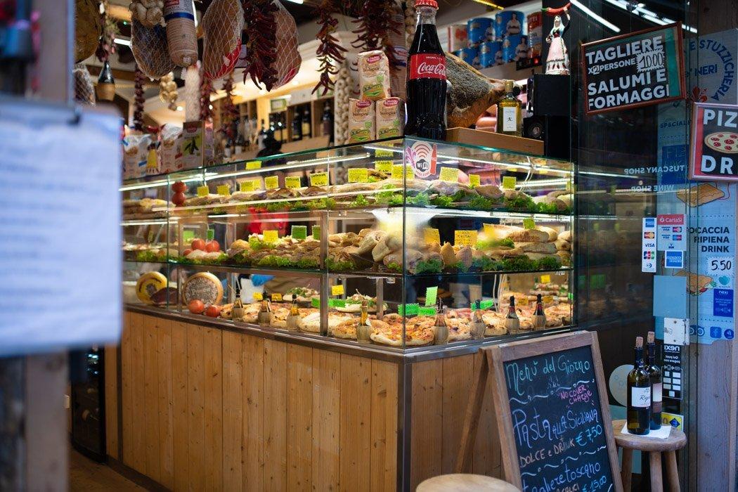 Streetfood-Laden mit belegten Broten und Pizza
