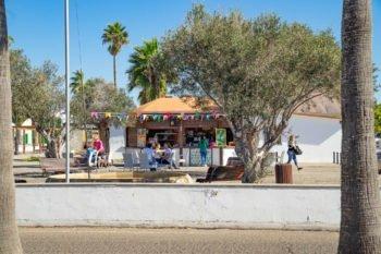 Ein Straßencafé direkt neben der Kirche