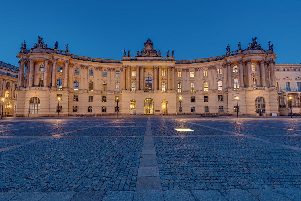 Die Universitätsbibliothek auf dem Bebelplatz am Abend