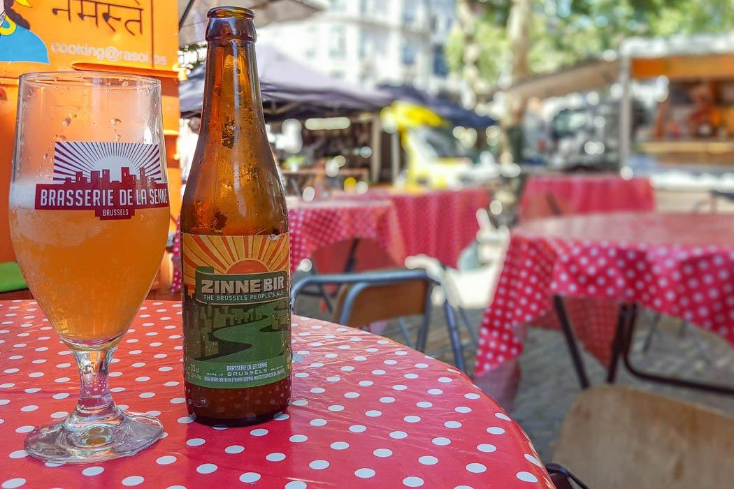 Bierflasche und Bierglas auf einem Tisch