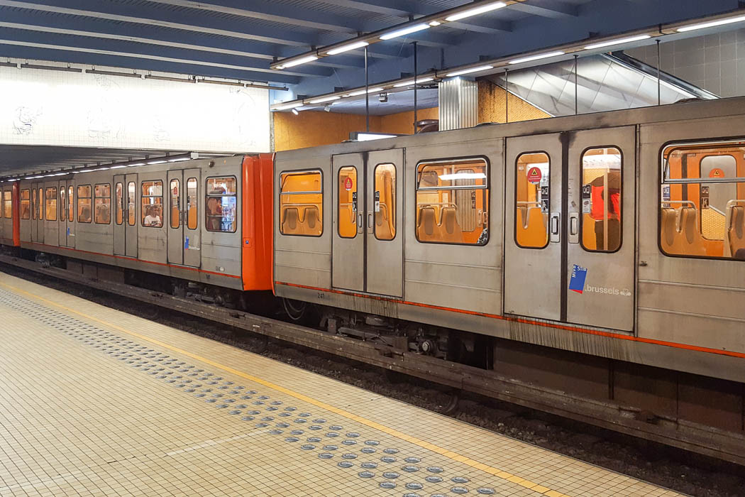 metrozug an Bahnsteig