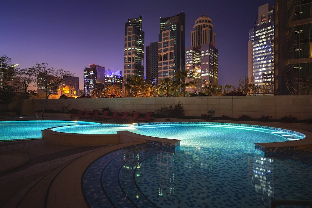 City Centre Rotana Pool bei Nacht