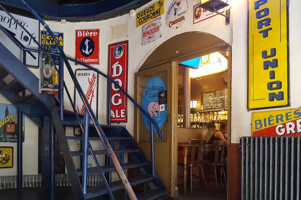 Treppenhaus mit bunten Schildern an der Wand