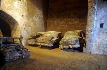 Alte Autos in der Galleria Borbonica