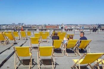 Liegestühle mit Blick auf Stadt