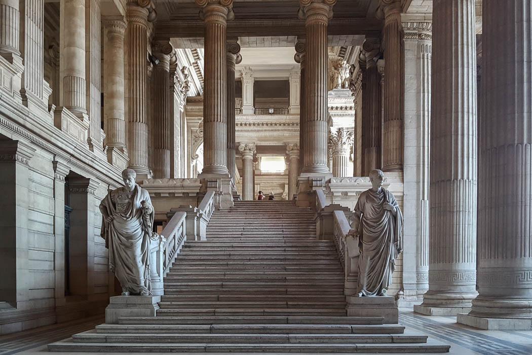 Steintreppe umgeben von Säulen und Statuen
