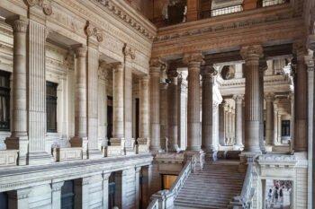 Saal mit Säulen und Statuen