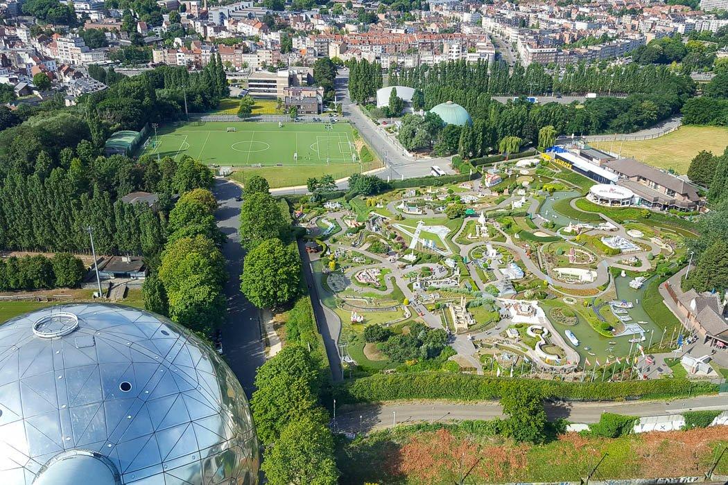 Blick auf Freizeitpark neben Atomium