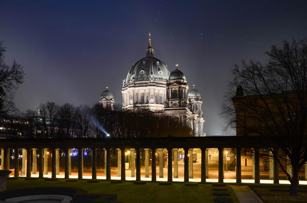 Die Museumsinsel bei Nacht mit Blick auf den Berliner Dom