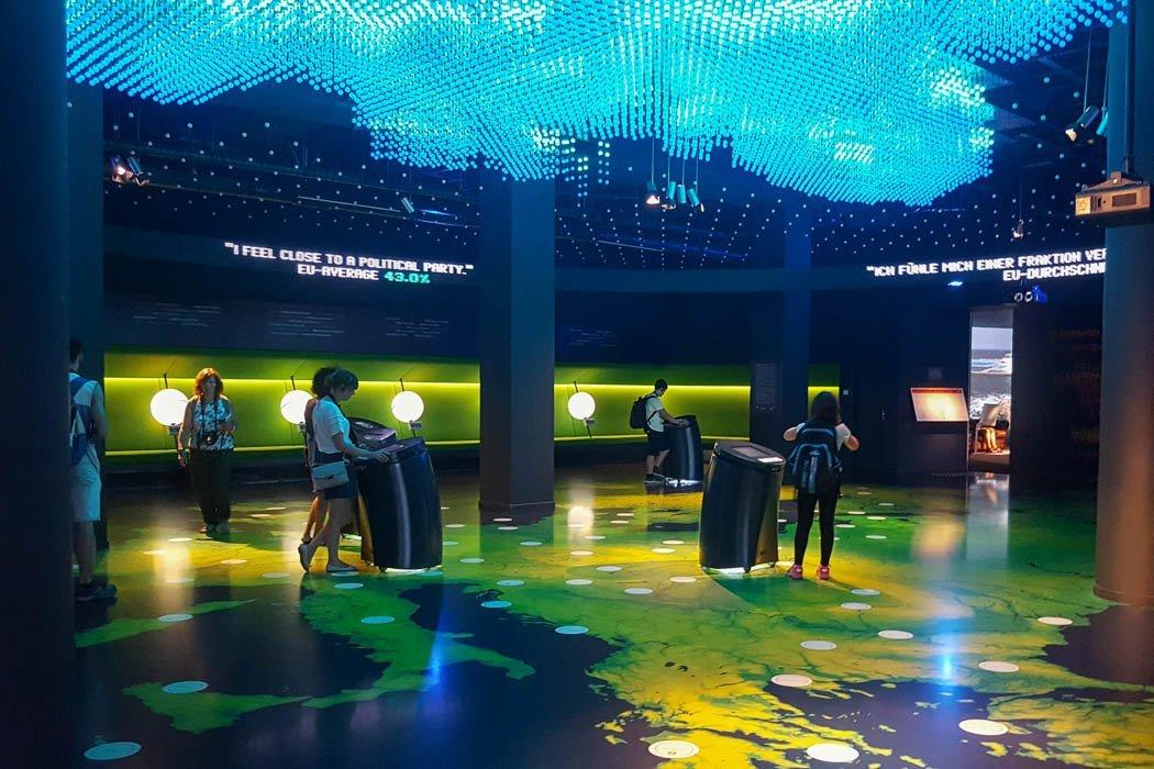 Innenraum mit interaktiven Bildschirmen