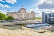 Boot auf der Spree mit Reichstag