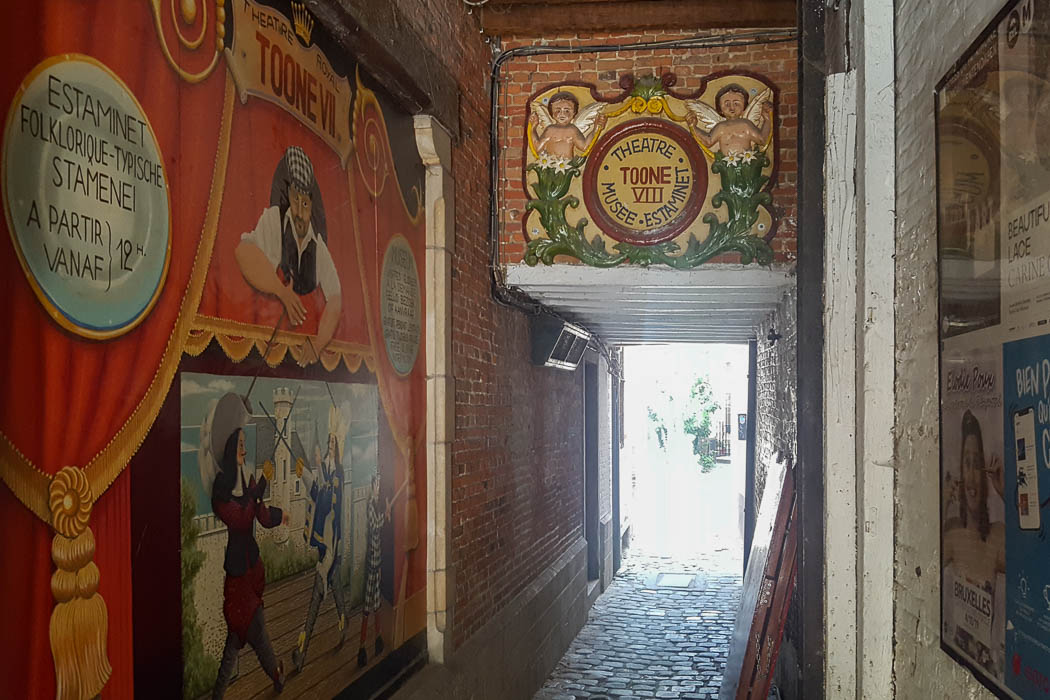 Eingang mit alten Postern zum Puppentheater