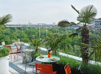 Dachterrasse mit Tischen und Ausblick
