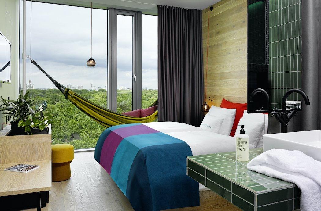 Hotelzimmer mit Bett, Hängematte und raumhohes Fenster