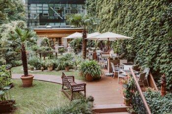 Garten mit Gartenstühlen und Tischen