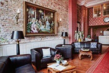 Hotellobby mit Sesseln und Gemälde
