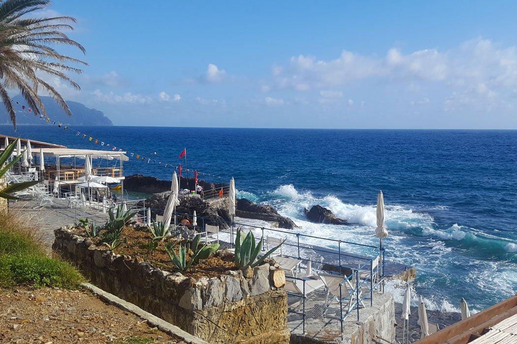 Strandbar mit Blick aufs Meer