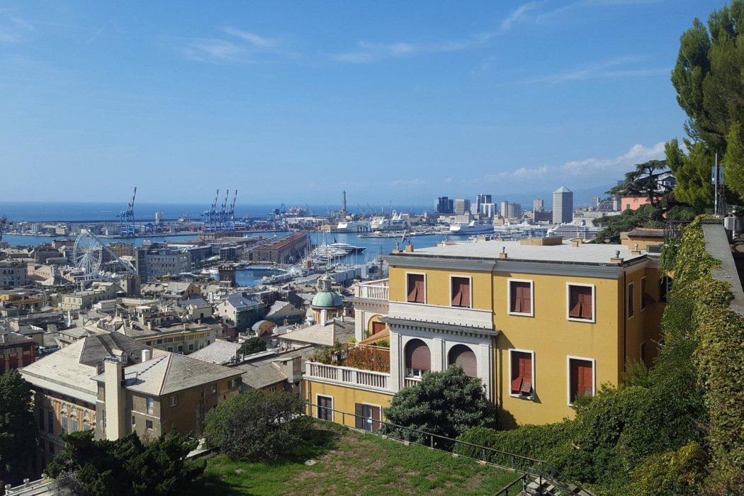 Blick auf Stadt und Meer